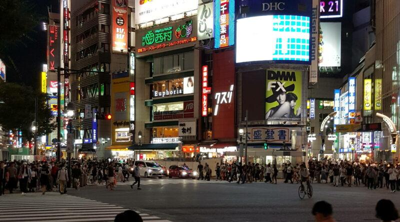 Strassenkreuzung in Tokio mit einer Reklameflut - Reizüberflutung für jeden Autisten